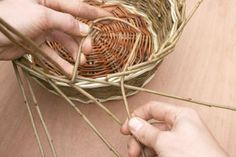 A step by step guide to weaving a traditional style Willow Wicker basket from start to finish. Paper Basket Weaving, Basket Weaving Patterns, Willow Weaving, Framed Burlap, Willow Wood, Owl Fabric, Outdoor Crafts, Upcycled Crafts, Weaving Techniques
