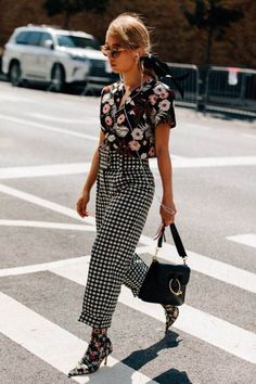 If you're looking for a way to create the ultimate fashionista look this Summer, then mixing prints is it! Looks Street Style, Street Style Summer, Looks Style, Street Style Women, Street Styles, Fashion Weeks, Fashion Outfits, Fashion Trends, Style Fashion