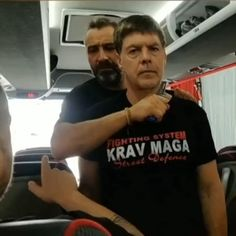 Krav Maga Self Defense, Self Defense Moves, Self Defense Martial Arts, Fight Techniques, Martial Arts Techniques, Self Defense Techniques, Kickboxing Workout, Gym Workout Tips, Workout Videos