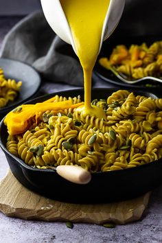 Vegan Pumpkin Mac and Cheese - this wfpb recipe is creamy & totally autumnal & it's on your table quick. A quick dish with raw pumpkin cashew cream sauce. Vegan Bowl Recipes, Lactose Free Recipes, Vegan Dinner Recipes, Vegan Dinners, Whole Food Recipes, Healthy Recipes, Pasta Recipes, Pumpkin Mac And Cheese, Pumpkin Sauce