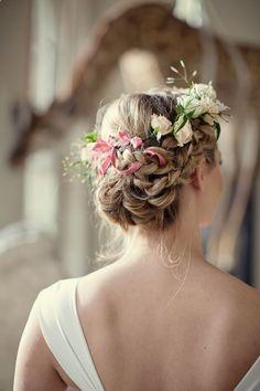リボンも一緒に編み込んで生花を飾る、とっておきのガーリーアレンジ♡ Aライン・プリンセスドレスに合う編み込みヘアの髪型まとめ。ウェディング参考用。