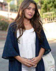 Kara Sevda 2. bölüm kıyafetleri Nihan beyaz bluz,beyaz pantolon,beyaz çanta ve mavi ceket