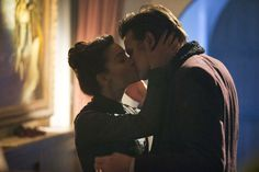 Doctor Who actors Matt Smith and Jenna-Louise Coleman are seen kissing in a new image from the show's Christmas special, as the BBC also release the first glimpse of the newly refurbished TARDIS. First Doctor, Eleventh Doctor, Doctor Who Season 7, Geek Couple, Doctor Who Christmas, Christmas Kiss, Picture Of Doctor, Steven Moffat, Clara Oswald