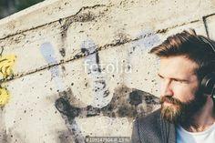 """""""young handsome bearded man listening music tablet"""" Fotos de archivo e imágenes libres de derechos en Fotolia.com - Imagen 109147904"""