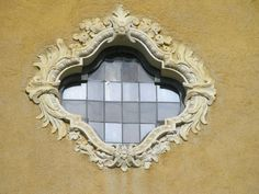 Orta San Giulio, chiesa di Santa Maria Assunta, facciata, particolare, oculo.