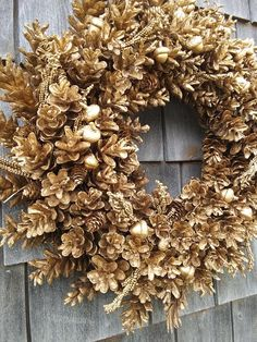 Gold Nature Wreath - Combine Look Pine Cone Art, Pine Cone Crafts, Wreath Crafts, Diy Wreath, Pine Cone Wreath, Acorn Wreath, Gold Wreath, Felt Crafts, Paper Crafts