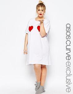 Camiseta para dormir con corazones de San Valentín de ASOS CURVE