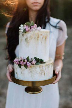 Herbstliche Bohemian-Braut auf Sanddünen  MarryMe by Anna & Andreas http://www.hochzeitswahn.de/hochzeitstrends/herbstliche-bohemian-braut-auf-sandduenen/ #wedding #shooting #cake