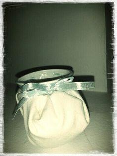 Zapatito de bebé hecho con vasos de plástico.