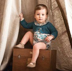 Una peque posando para la nueva moda otoño-invierno | #paratorpes #bebes #maternidad #moda #peques