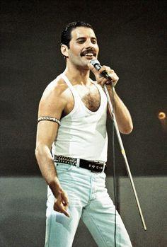 Freddie Mercury of Queen performs on stage at Live Aid on July 1985 in Wembley Stadium London England Queen Freddie Mercury, John Deacon, Avatar Art, Harry Potter Star Wars, Freddie Mecury, Nastassja Kinski, Michael Jackson, Aids Awareness, Live Aid