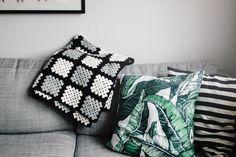 Virkad filt av mormorsrutor av Matilda på Matildigt Granny Square Blanket, Beautiful Crochet, Matilda, Textiles, Throw Pillows, Slag, Flowers, Diy, Afghans