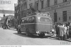Autobus dalekobieżny na przystanku przed urzędem pocztowym. Widoczni pasażerowie z bagażami. Lata 1939 - 1945.