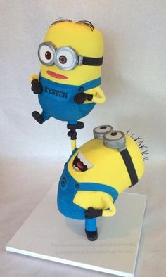 Whether you are 5 or 50 a minion cake would be a fun cake to have. Here is at least one minion cake tutorial that's perfect for you. Crazy Cakes, Fancy Cakes, Anti Gravity Cake, Gravity Defying Cake, Cakepops, Minion Cake Tutorial, Minion Torte, Minion Cookies, Minion Cupcakes