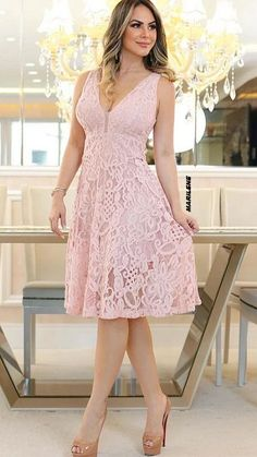 Pin by magda Bermúdez on Estilo y moda ❇♠❇ in 2019 Casual Tops For Women, Fashion Over 50, Blouse Styles, Spring Dresses, Women's Fashion Dresses, Beautiful Dresses, Lace Dress, Party Dress, Clothes For Women
