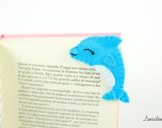 Pink owl felt corner bookmark Choose this lovely pink smiling owl as a bookmark for all your books or give it to someone you love! It is totally handmade and is perfect to teach kids how beautiful is reading. Its very easy to use, you have only to insert it on the corner of the page. • Side size: 2,8 • Eyes hand sewn with black thread • Felt: White, pink, fucshia and orange • Items come from a smoke free home Visit this section to discover other bookmark: https://www.etsy.com&#x2...
