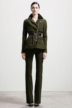 ¿NADA QUÉ PONERTE? Recurre al 'utilitary chic' para librar la batalla diaria: grandes bolsillos, verde militar y pantalones acampanados conforman el uniforme más potente en la colección #prefall de ALTUZARRA.