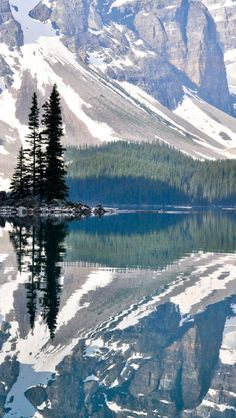 Moraine Lake - Rocky Mountains - Canada : the beauty of this lake is amazing.