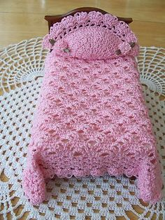 Crochet Toys Barbie Clothes Miniature Crochet Dollhouse Bedspread/Duvay in Pink with Matching Pillow. Crochet Barbie Patterns, Crochet Doll Dress, Crochet Barbie Clothes, Doll Patterns, Crochet Furniture, Accessoires Barbie, Crochet Bedspread, Barbie Furniture, Furniture Vintage