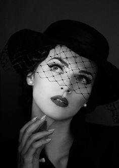 Idda Van Munster I want to make a pic just like this Pin Up Vintage, Vintage Glamour, Vintage Soul, Look Vintage, Vintage Girls, Vintage Beauty, Glamour Decor, Glamour Makeup, Vintage Photography