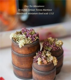 Miniature wine barrels with grapes. Miniature Plants, Miniature Food, Miniature Dolls, Polymer Clay Miniatures, Dollhouse Miniatures, Mini Craft, Food Scale, Tiny Food, Dollhouse Accessories