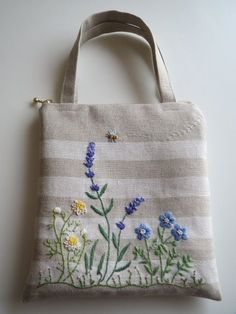 Linen bag with wildflowers Hand Embroidery Flowers, Embroidery Bags, Silk Ribbon Embroidery, Cross Stitch Embroidery, Machine Embroidery, Techniques Couture, Jute Bags, Linen Bag, Patchwork Bags