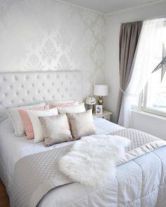 Verhoiltu sängynpääty ja tyynyt tuovat hempeän kaunista tunnelmaa makuuhuoneeseen