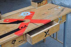 blat biurka pokryty ręcznie wykonanym malowidłem http://dwiebaby.pl/zrealizowane-projekty/