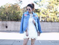 Looks Tendência Primavera Verão 2016 COMO USAR - Blog Van Duarte  Jaqueta boyfriend jeans patch floral com vestido branco guipir versátil para sair ou passear no verão