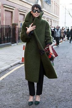 15 Incredibly Stylish Ways To Wear Green Coats And Jackets (Le Fashion) Looks Street Style, Looks Style, Style Me, Green Style, London Fashion Weeks, Foto Fashion, Street Fashion, Fashion Mode, Vogue Fashion