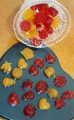 Για τα κίτρινα. 130 ml χυμό Ροδάκινο ή κοκτέιλ φρούτων 7 φύλλα ζελατίνης 1 κ.σ. μέλι Για τα κόκκινα. 130 ml χυμό Βύσσινο ή Φραγκοστάφυλο 7 φύλλα ζελατίνης 1 κ.σ. μέλι Μουσκεύομαι την ζελατίνη σε ένα μπολ με κρύο νερό για λίγα λεπτά Cookbook Recipes, Cooking Recipes, Jello Fruit Salads, Candy Crash, The Kitchen Food Network, Greek Desserts, Candy Buffet, Food Network Recipes, Finger Foods