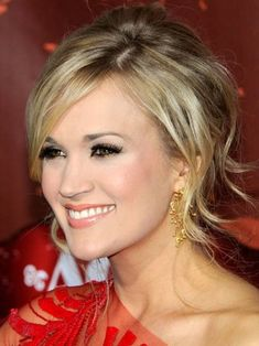 Carrie Underwood False Eyelashes - Carrie opted for dark and full lashes with a sprinkling of gold shadow. Casual Hairstyles, Trending Hairstyles, Hairstyles With Bangs, Braided Hairstyles, Hairdos, Updos, Medium Hair Styles, Natural Hair Styles, Long Hair Styles