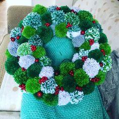 Pom Pom Wreath, Pom Pom Rug, Diy Wreath, Diy Garland, Wreath Ideas, Noel Christmas, Christmas Wreaths, Christmas Decorations, Christmas Ornaments
