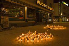 Ravintolan eteen on tuotu paljon kynttilöitä sunnuntain aikana. #Vuoksenvahti #Imatra