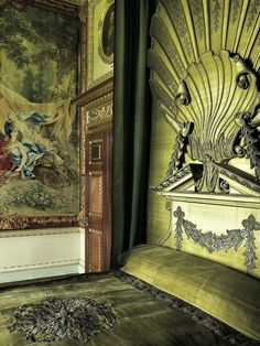 The Green Velvet Bedchamber at Houghton Hall. This bed was designed by William Kent with an enormous shell inspired by Venus' chariot. Image from English Country House Interiors Chinoiserie, Houghton Hall, Chlorophytum, Country House Interior, Green Rooms, Town And Country, Country Houses, Green Velvet, Estate Homes
