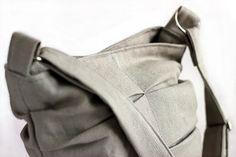 Borsa a pieghe fatta a mano in cotone pesante (grigio chiaro e scuro) - Handmade bag with folds in heavy cotton fabric (light/dark gray)