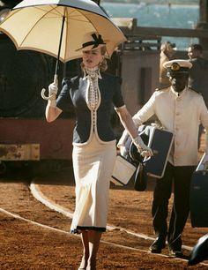 Traje años 30, vestido de coctel de tarde, sombreros pequeños que se llevaban inclinados sobre un ojo, guantes y conjunto a juego