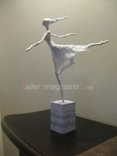 Realization of paper dancers with tutorials…. Nice idea that . Paper Mache Clay, Paper Mache Sculpture, Paper Mache Crafts, Sculpture Projects, Wire Crafts, Clay Art, Sculpture Art, Papel Tissue, Art Deco