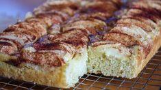 Dette er en stor og utrolig saftig eplekake i langpanne! Det spesielle med denne oppskriften er at kakedeigen inneholder en liter vaniljesaus, og dette gjør at kaken får kjempemyk konsistens og veldig god vaniljesmak. Eplekaken er lett å lage og holder seg myk og god i mange dager. Den er også fin å fryse. Server kaken gjerne varm med vaniljeis og/eller vaniljesaus som tilbehør. Oppskrift og foto: Kristine Ilstad/Det søte liv