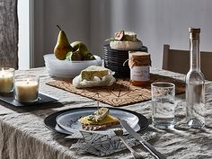 A set table with patterned glass plates and glasses, shown together with different cheeses and pears. Ocr B, Table Settings, Plates, Meals, Table Decorations, Tableware, Picnic Ideas, Home Decor, Licence Plates