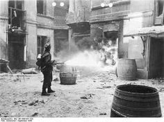 https://bialczynski.files.wordpress.com/2015/09/bundesarchiv_bild_146-1996-057-10a_warschauer_aufstand_soldat_mit_flammenwerfer.jpg