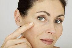 Remedios caseros para combatir las arrugas. Aunque estas líneas de expresión aparecen cuando estamos en edad avanzada, también pueden aparecer antes