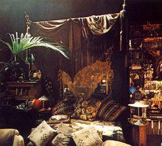 Gypsy Bedroom Decor   La tête de lit est un miroir : on peut voir Barbara qui se reflète ...