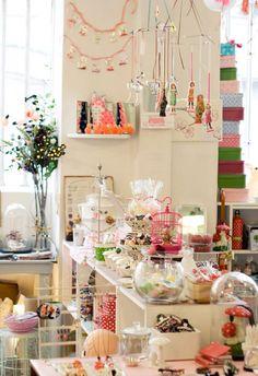 Boutique les fleurs 6 passage Josset – Paris 11ème Métro : Ledru Rollin (ligne 8) Tel : 01 43 55 12 94 Du Lundi au Samedi de 12h à 19h30 http://www.boutiquelesfleurs.com