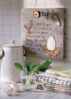 Broderie sur toile de lin d'un oeuf et d'une poule avec des plumes pour Pâques / A painted hen and an egg with feathers embroidered on a linen for Easter