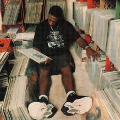 A genius at work. Hip-hop super-producer Pete Rock diggin' through the crates. A genius at work. Hip-hop super-producer Pete Rock diggin' through the crates. Mode Hip Hop, 90s Hip Hop, New School Hip Hop, Old School, Film Shot, Photo Trop Belle, Arte Do Hip Hop, Pete Rock, Photographie Indie