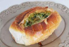 Pão assado com omelete.