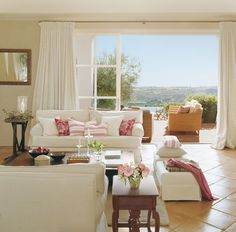 Salón en blanco y fresa con suelo de terrazo y salida a la terraza