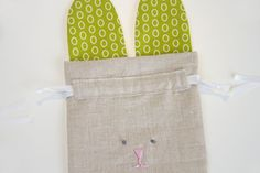 How to Sew simple Drawstring Bunny Bag. Easter Projects, Easy Sewing Projects, Sewing Crafts, Diy Projects, Bunny Crafts, Easter Crafts, Easter Gift Bags, Bunny Bags, Fluffy Animals