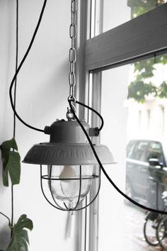 Stoere witte industriële hanglampen   mooie lampen voor in de ...